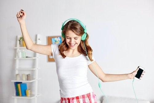nuori tanssii huoneessaan