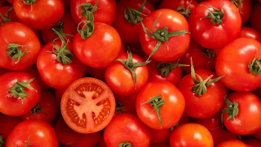 Punaiset hedelmät ja kasvikset, kuten tomaatit, auttavat parantamaan puolustuskykyä.