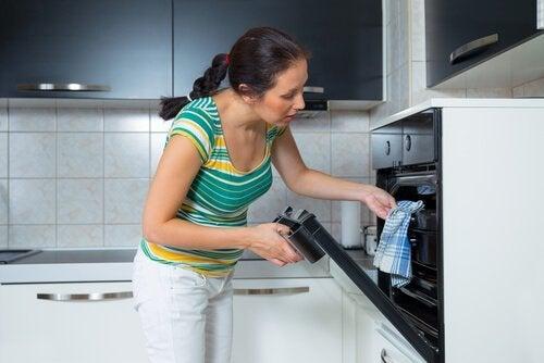 nainen kokeilee pullareseptejä