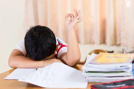 Myöhäinen nukkumaanmeno voi aiheuttaa uupumusta.