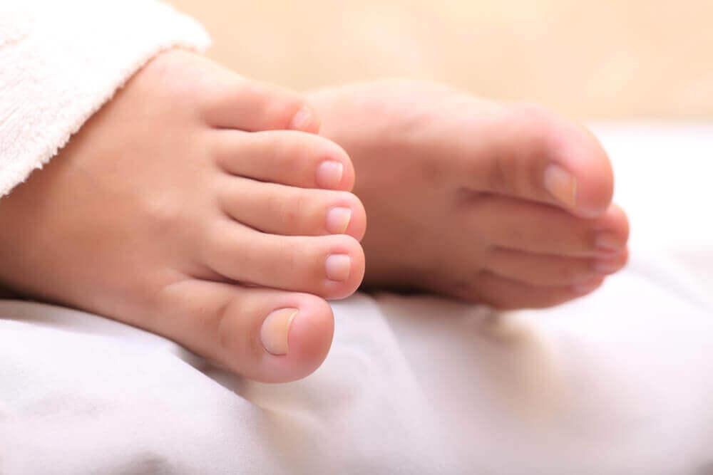 Valkosipulimurska hoitaa sisäänkasvaneen varpaankynnen