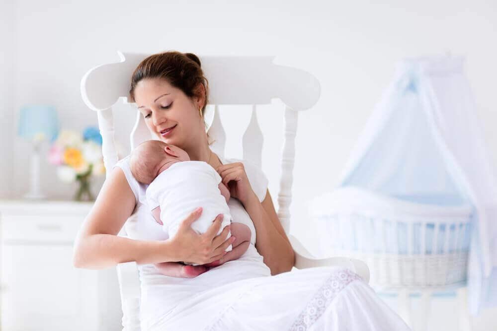 Tuore äiti kokee lapsen synnyttä monia muutoksia.