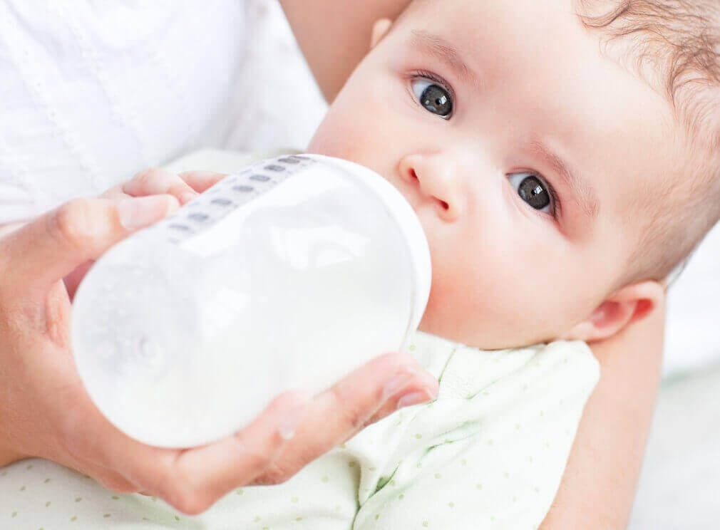 vauva juo maitoa tuttipullosta