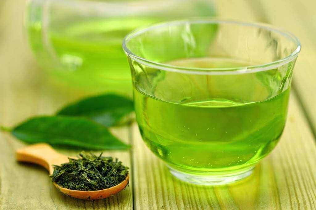 nauti vihreää teetä aamulla