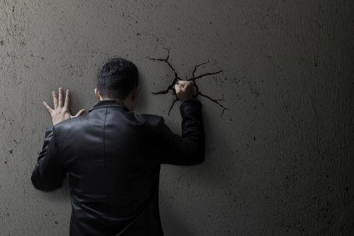 Tunteiden tukahduttaminen lisää ahdistusta