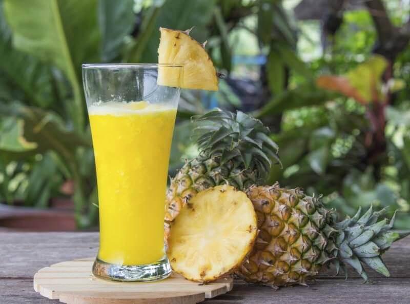 luontaishoitoja ananaksesta: smoothie