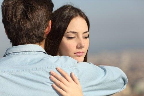 jäätävä halaus