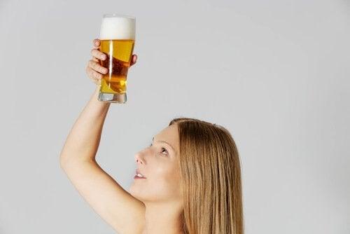 luonnollinen hiustenhoito olutta käyttäen