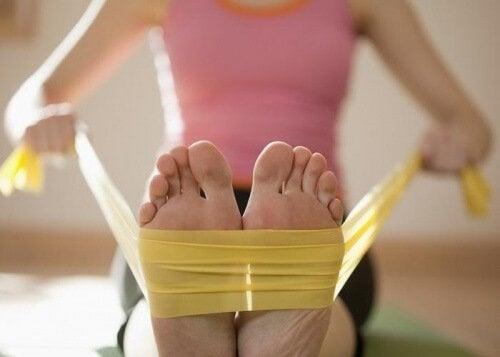 jalkojen vahvistaminen kuminauhan avulla