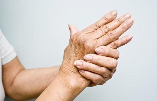 Magnesiumöljyn hyödyt: auttavat lievittämään kipuja.