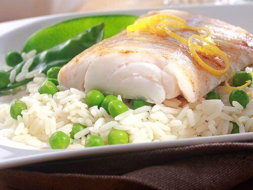 Kala ja riisi on painonpudotusta edistävä ruokayhdistelmä.