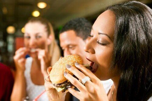 Tee nämä pienet muutokset ruokavalioosi ja vähennä kaloreita