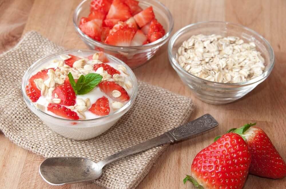 täydellinen aamiainen sisältää jogurttia ja kauraa