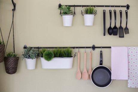 4 edullista ratkaisua keittiötavaroiden säilytykseen