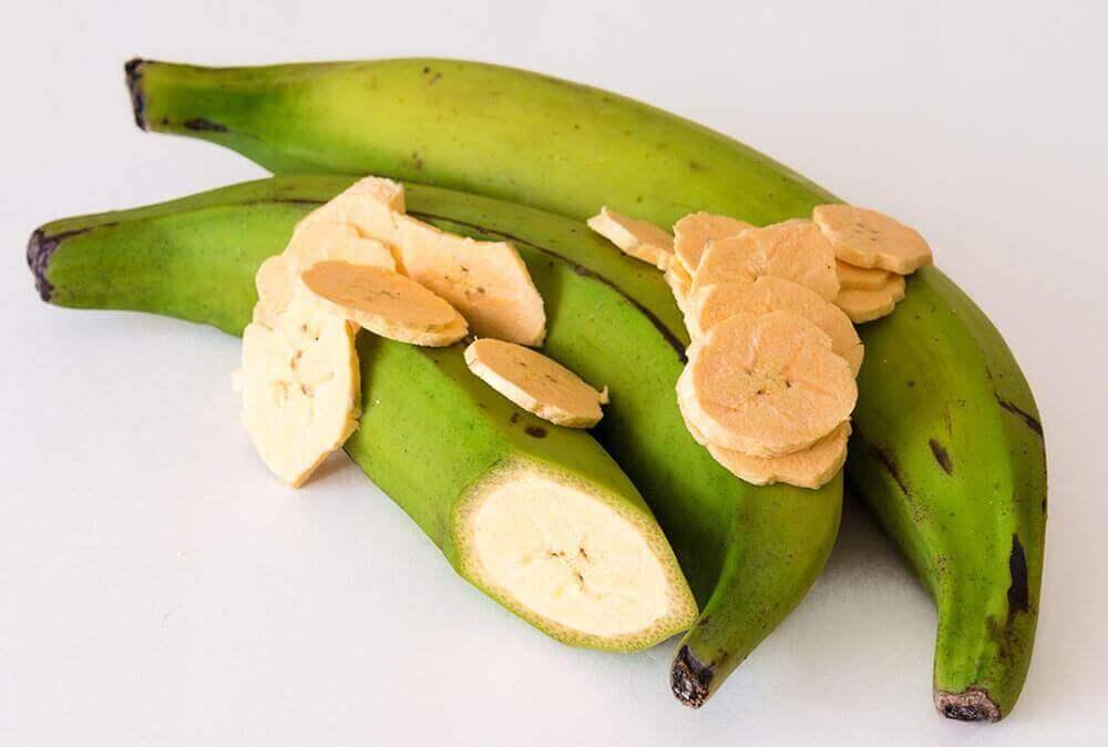 Paistetut keittobanaanit lisukkeilla on herkullinen venezualainen ruokalaji.