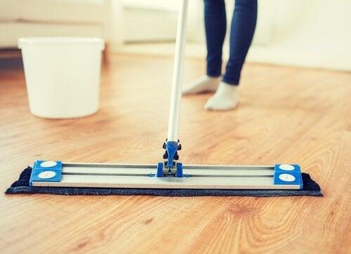 Nämä viisi luonnollista ainetta saavat lattiasi kiiltämään