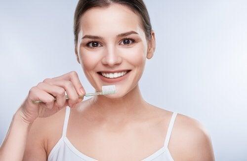 kookosöljy hampaiden hoidossa: hammastahnana
