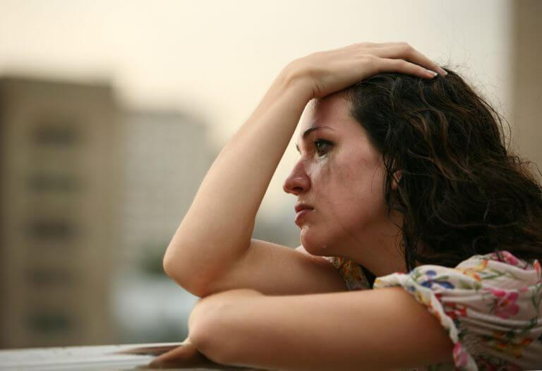 kyyneleet naisen poskilla