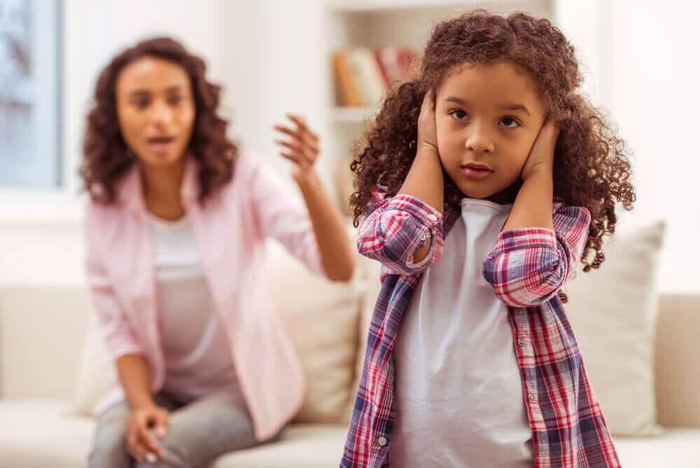 lapsi ei kuuntele kun äiti puhuu
