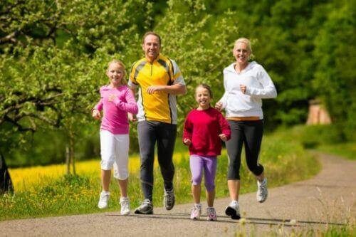 alenna korkeaa kolesterolia harrastamalla säännöllistä liikuntaa
