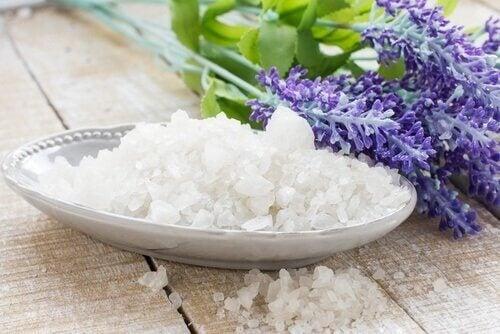 koita luontaishoitoa rakkuloihin: merisuola ja laventeli