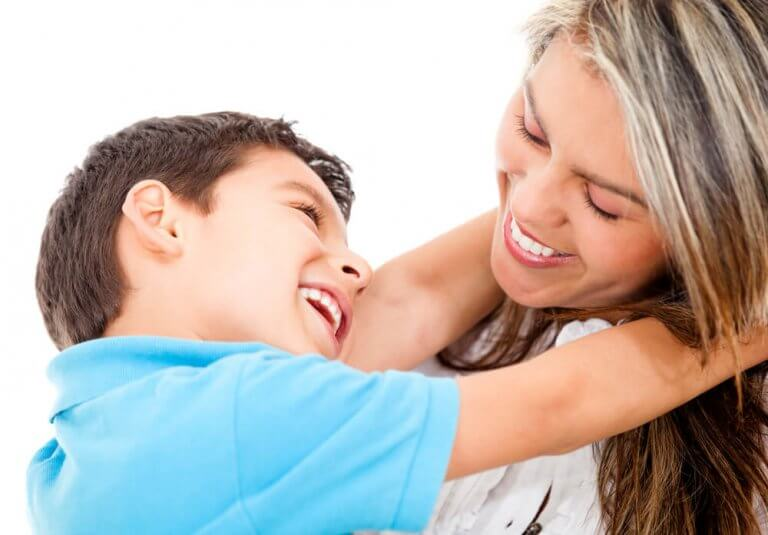 rakastava lapsi äitinsä kanssa
