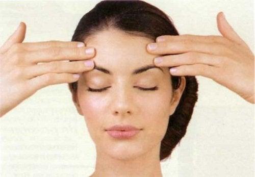 torju kasvojen veltostumista venyttämällä otsaa