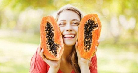 iloinen nainen ja papaija
