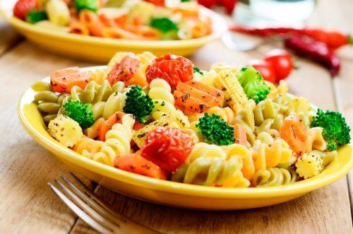 Yhdistä pastaa ja kasviksia keskenään.