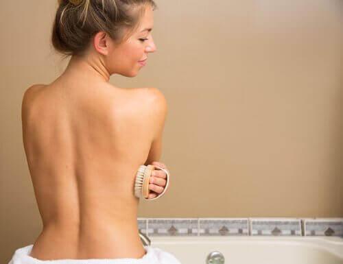 vältä tätä haitallista tottumusta suihkussa: vanhat pesusienet