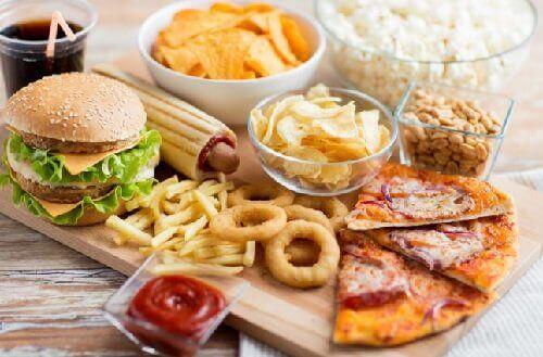 Liiallinen roskaruuan syöminen aiheuttaa vatsaongelmia ja -kipuja.