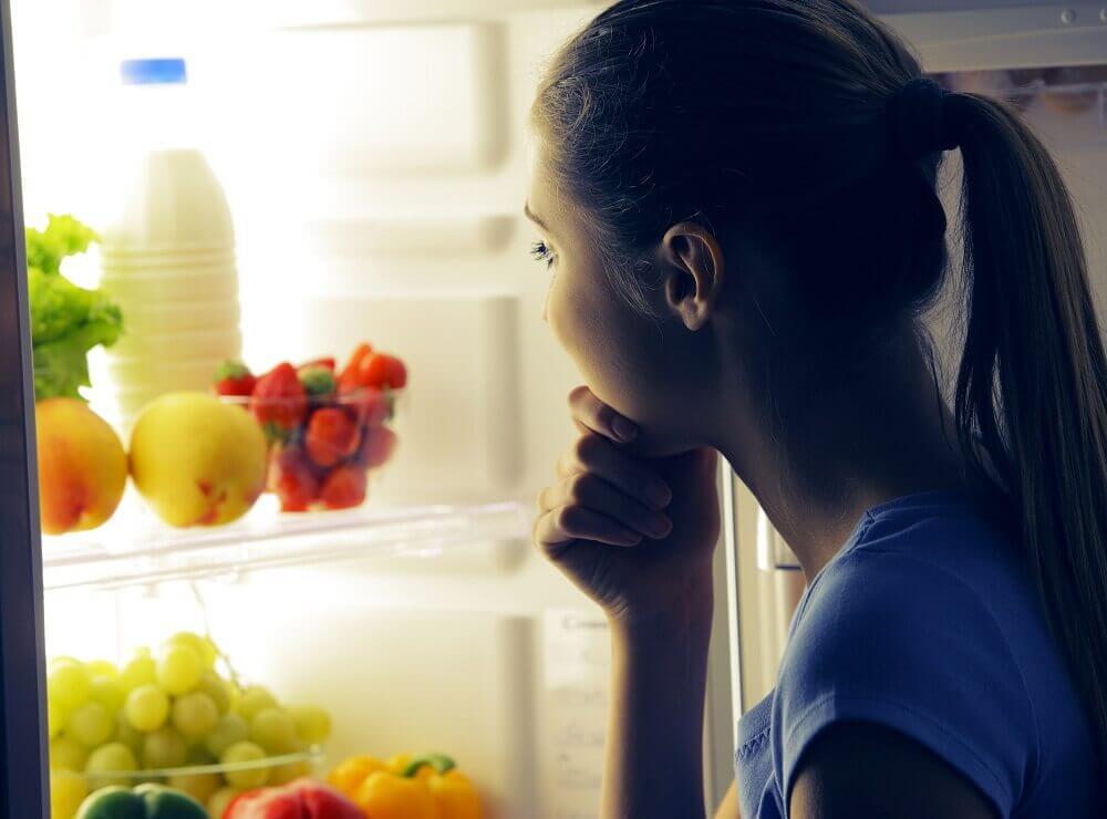 nainen jääkaapilla