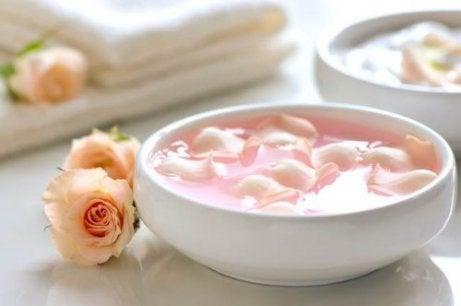 Valmista kuorinta-aine mm. ruusun terälehdistä kuolleen ihon poistamiseksi.