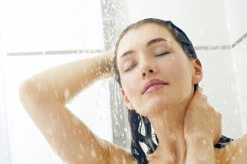helteestä selviytyminen suihkun avulla