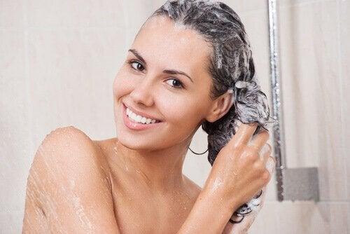huono henkilökohtaisen hygienian tapa: hiusten pesu päivittäin