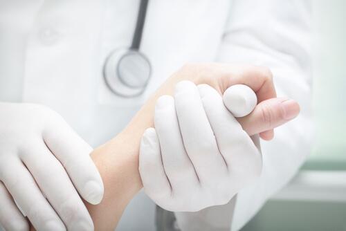 lääkäri tutkii potilaan kynsiä