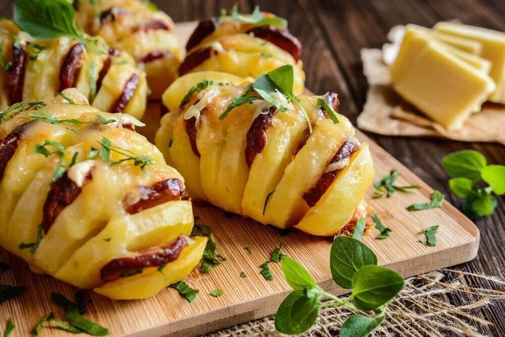 Valmista herkullisia chorizolla ja juustolla täytettyjä perunoita
