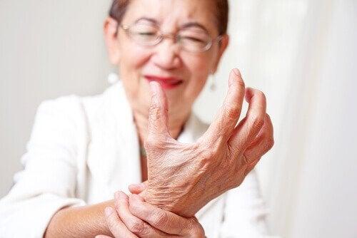 naisen kouristeleva käsi