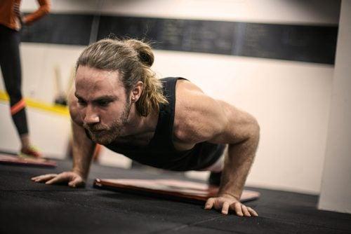 mies harrastaa liikaa liikuntaa