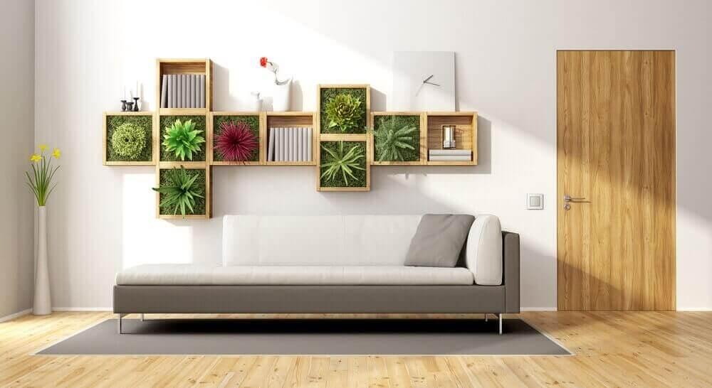 pystysuora puutarha sohvan yläpuolella