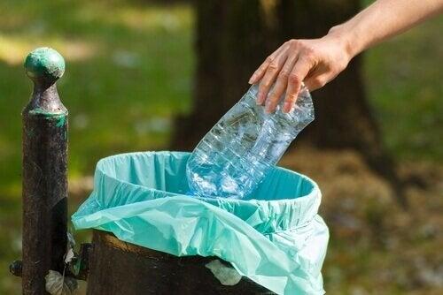 vesipullo roskiin