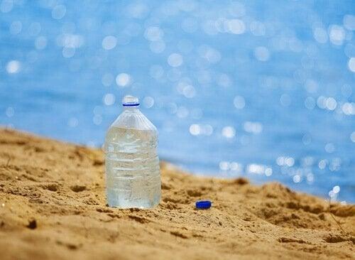 vesipullo hiekkarannalla