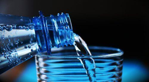 4 pullotetun veden salaisuutta, joita kukaan ei halua sinun tietävän