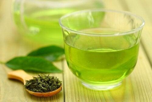 luontaishoidot allergiseen nuhaan: vihreä tee