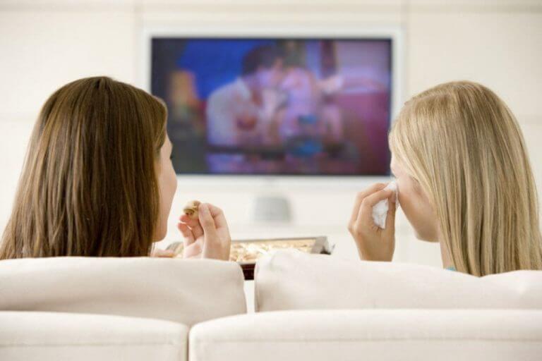 ystävät katsovat romanttista leffaa