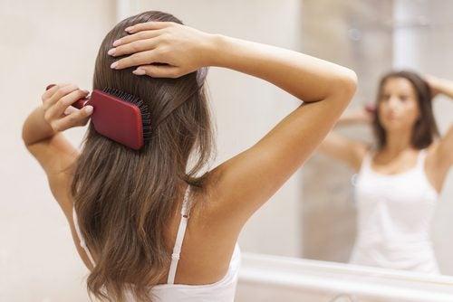 voit nopeuttaa hiustenkasvua harjaamalla niitä usein