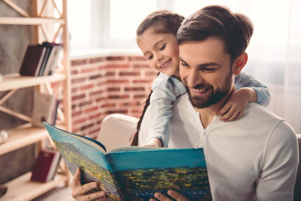 isä ja tytär lukevat yhdessä