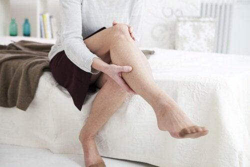 Magnesiumöljy auttaa parantamaan jalkojen verenkiertoa.