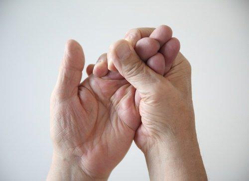 keuhkokuumeen oireet: valkoiset kädet