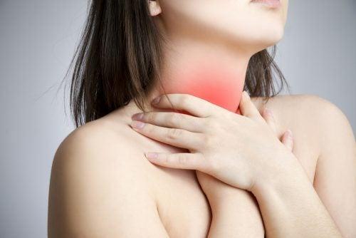 koita kehon painopistettä kurkkukivun lievittämiseen